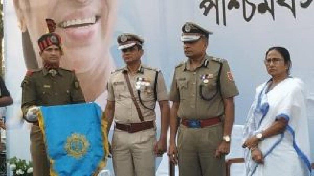 کمشنر راجیو کمار اور ممتا بنرجی،فوٹو: اے این آئی