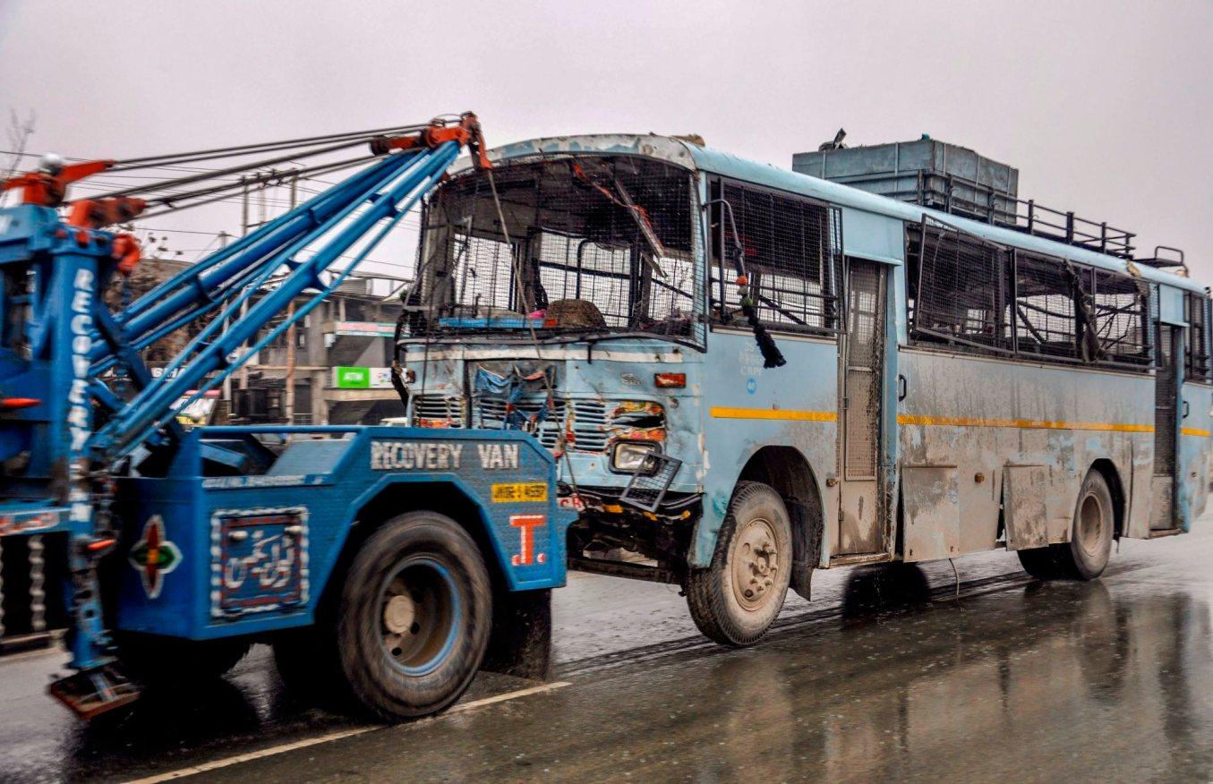 دہشت گرد حملے کے بعد سی آر پی ایف کی بس (فوٹو : پی ٹی آئی)