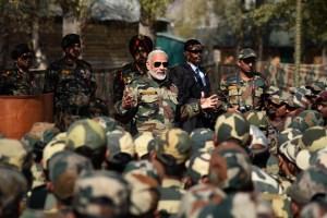 کشمیر میں فوج اور بی ایس ایف جوانوں کے ساتھ وزیر اعظم نریندر مودی (فائل فوٹو، بہ شکریہ: پی آئی بی)
