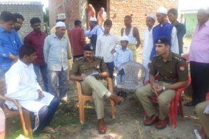 متاثرہ فیملی کے ساتھ پولیس (فوٹو : راجا چودھری)