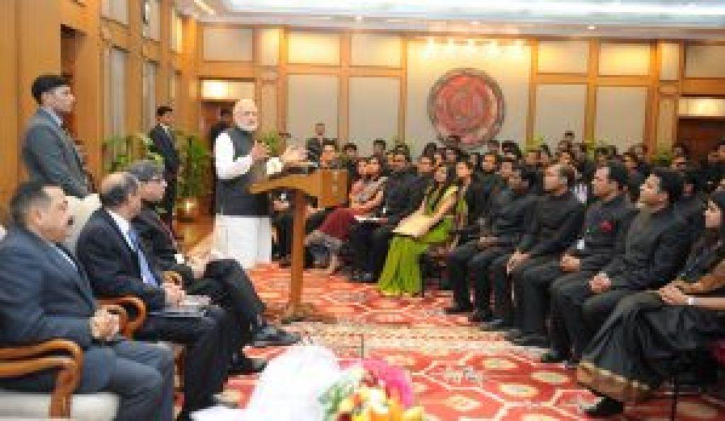 ایک پروگرام میں زیرتربیت آئی اے ایس افسروں کے ساتھ وزیر اعظم نریندر مودی (فائل فوٹو : پی آئی بی)
