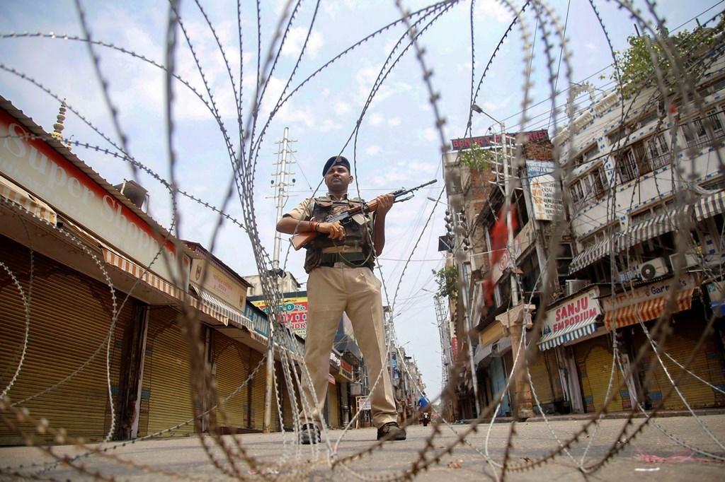 جموں و کشمیر کے رگھوناتھ بازار میں تعینات سی آر پی ایف کا جوان(فوٹو : پی ٹی آئی)