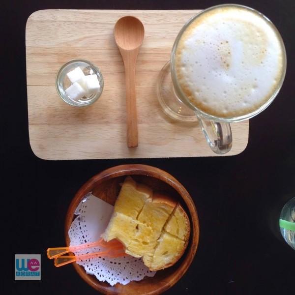 ขนมปังปิ้งกับกาแฟลาเต้ชงแบบ Moka Pot