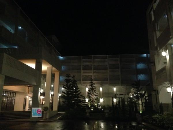 โรงแรมโครานารี่คอร์ทยาร์ดตอนกลางคืน
