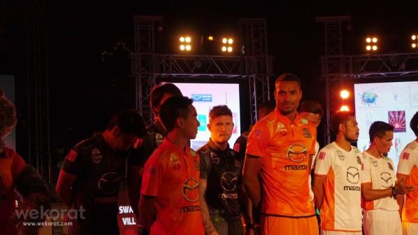 Marco Tagbajumi (มาร์โก ทักบาจูมี่) ผู้เล่นใหม่ที่มาเสริมทัพกองหน้า ที่มาพร้อมความสูงถึง 187 เซนติเมตร