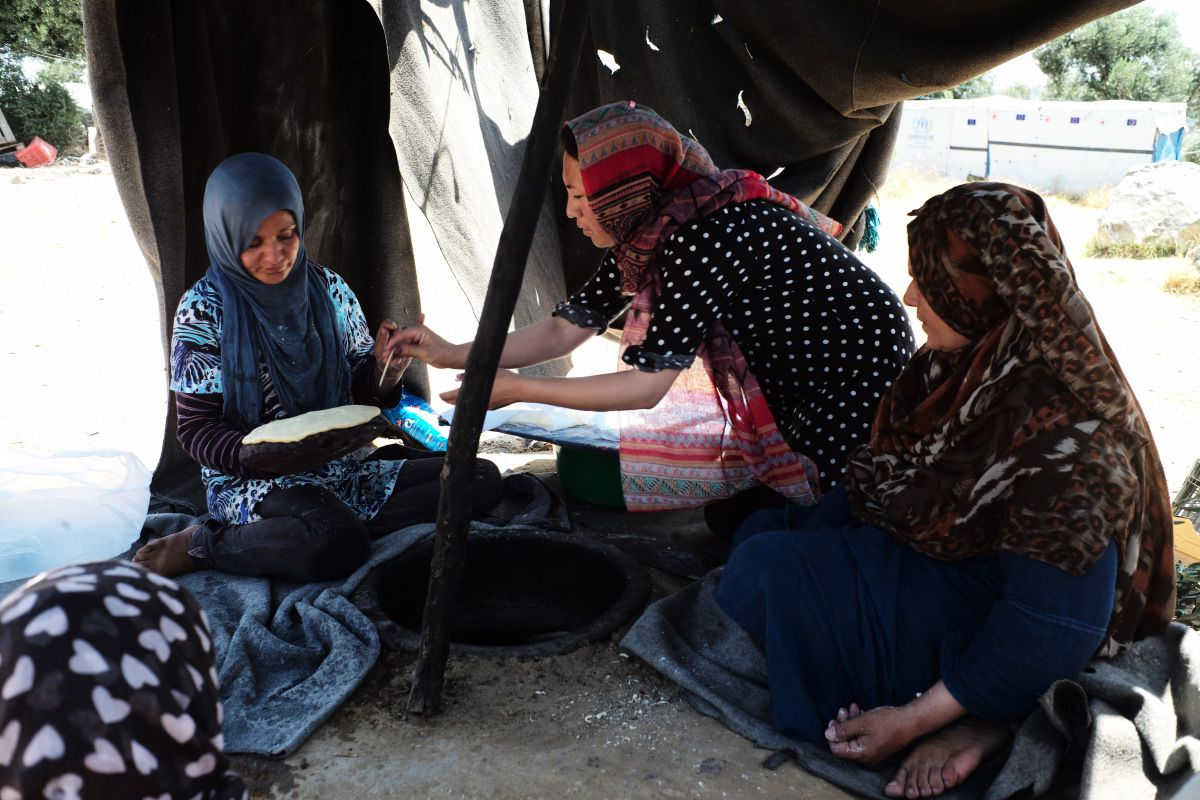 afghan-women-baking-traditional-bread-nan-refugees-camp-moira-greece-med-land-project