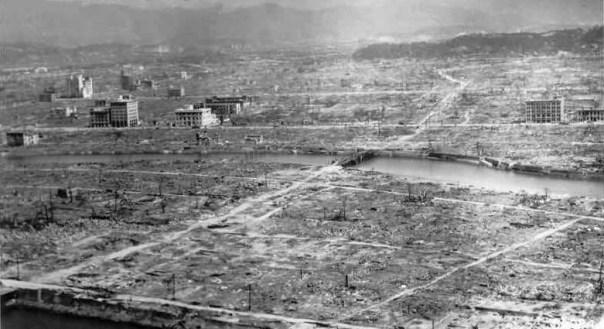 """Hiroshima, fotografiată după explozia bombei atomice, de comandantul echipajului de pe """"Enola Gay""""."""