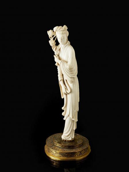 statuette de femme en ivoire sculpte