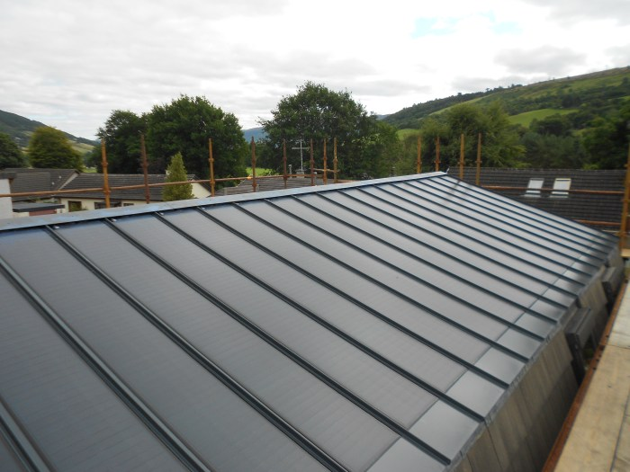 Building With Integrated Photovoltaic Roof