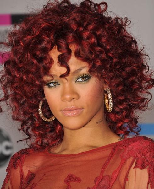 cliomakeup-capelli-colorati-tinte-pazze-abbinamenti-trucco-rossi-rihanna-2