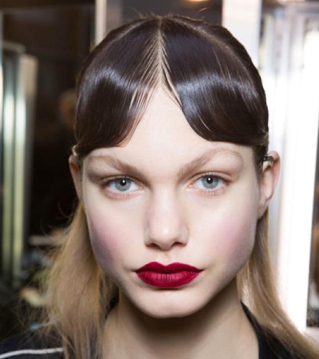 cliomakeup-capelli-orribili-acconciature-disastro-rovinano-trucco-makeup-modella-rossetto-rosso