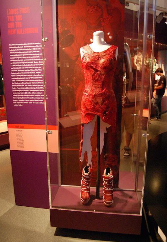 ClioMakeUp-abiti-piu-scandalosi-della-storia-star-red-carpet-celeb-lady-gaga-abito-carne