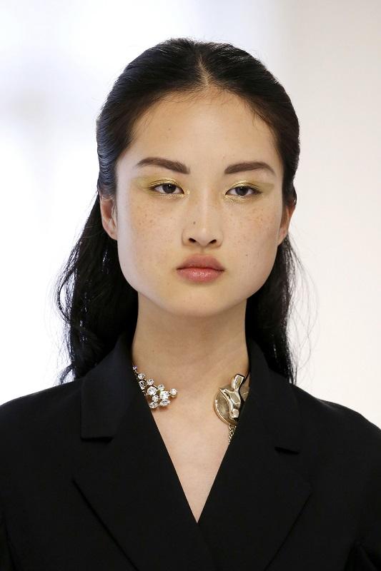 ClioMakeUp-alta-moda-Parigi-cat-eye-Dior-modelle-trucco-beauty-look-eye-liner-modelle-runway-oro