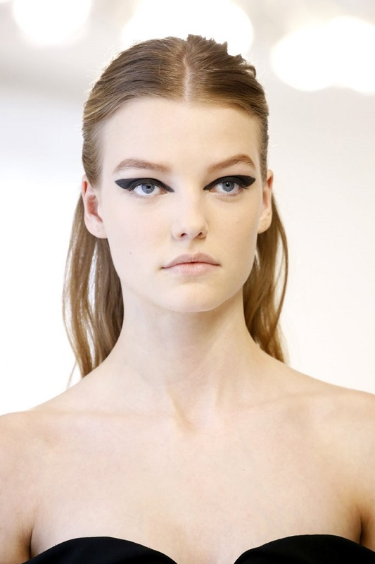 ClioMakeUp-alta-moda-Parigi-cat-eye-Dior-modelle-trucco-beauty-look-eye-liner-modelle-runway-2