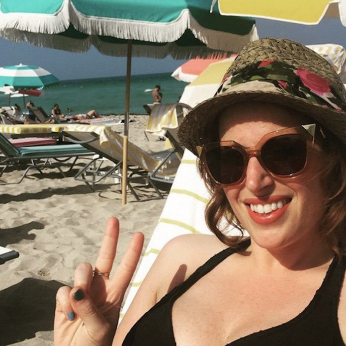 ClioMakeUp-blog-capelli-che-cadono-estate-rimedi-consigli-fai-da-te-Spiaggia-cappello