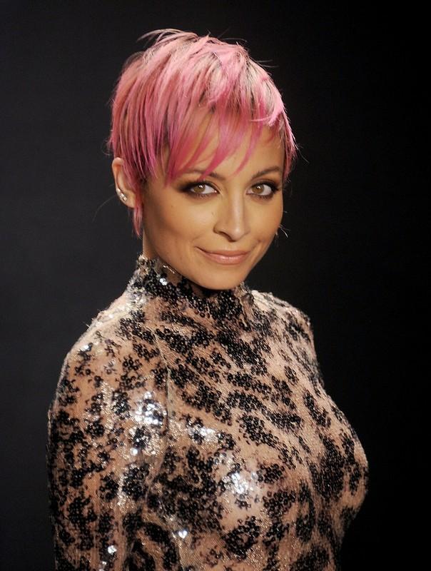 ClioMakeUp-capelli-colorati-tinte-pazze-estate-arcobaleno-nicole-richie-rosa