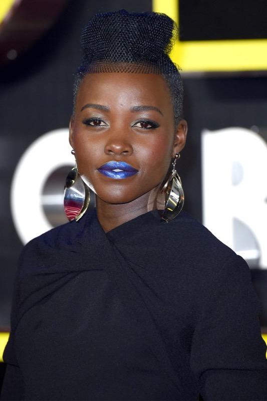 ClioMakeUp-rossetto-blu-look-come-indossarlo-abbinamenti-star-celebrity-brand-lupita