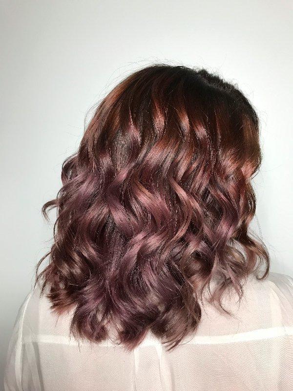 Capelli color prugna corti