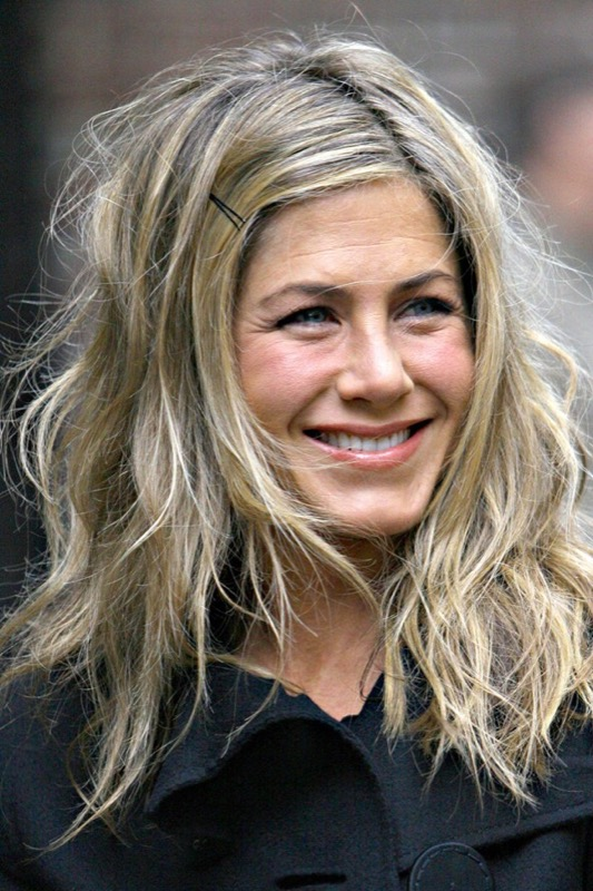 ClioMakeUp-hair-dusting-jennifer-aniston
