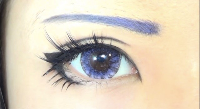 cliomakeup-come-applicare-eyeliner-3-forma-V-manga