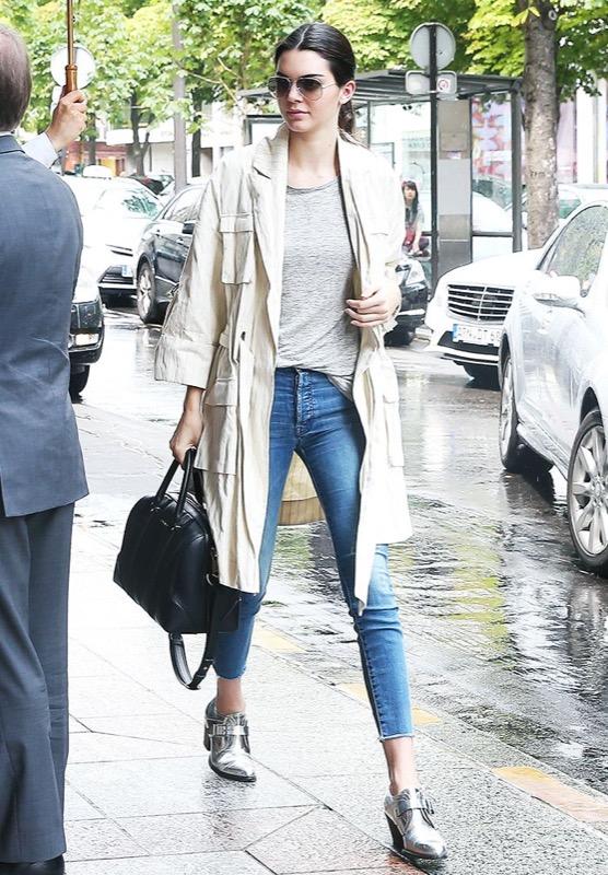 ClioMakeUp-come-vestirsi-quando-piove-outfit-pioggia-trench-giacca-stivali-ombrello-cappello-jeans-zainetto-borsa-15