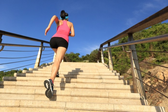 ClioMakeUp-in-forma-senza-palestra-esercizi-sport-attivita-fisica-camminare-scale-fitness-17