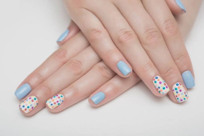 ClioMakeUp-nail-art-unghie-corte-facili-semplici-eleganti-moda-manicure-pois-righe-puntini-16