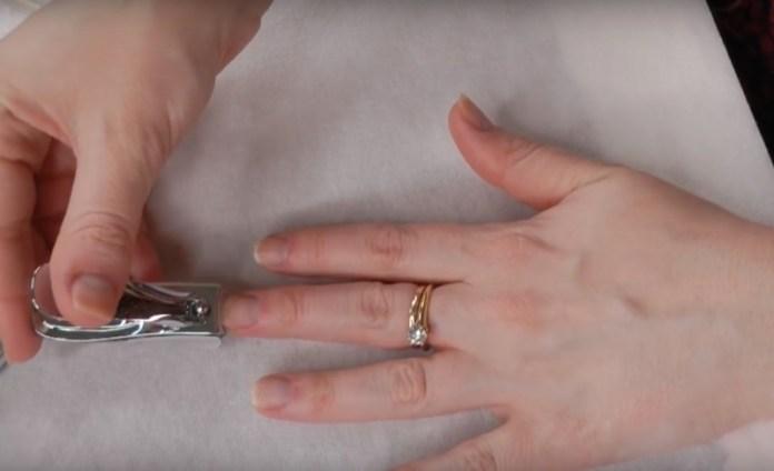 ClioMakeUp-manicure-che-dura-fatta-in-casa-smalto-unghie-10