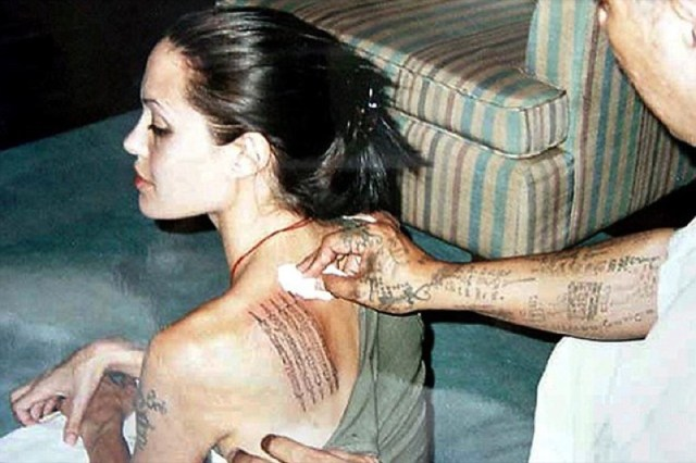 cliomakeup-tatuaggio-sulla-schiena-8-angelina-jolie