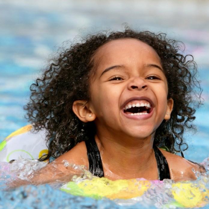 cliomakeup-bambini-al-sole-6-piscina