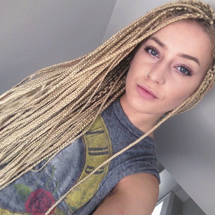 ClioMakeUp-elementi-cultura-africana-8-white-girl-box-braids.jpg