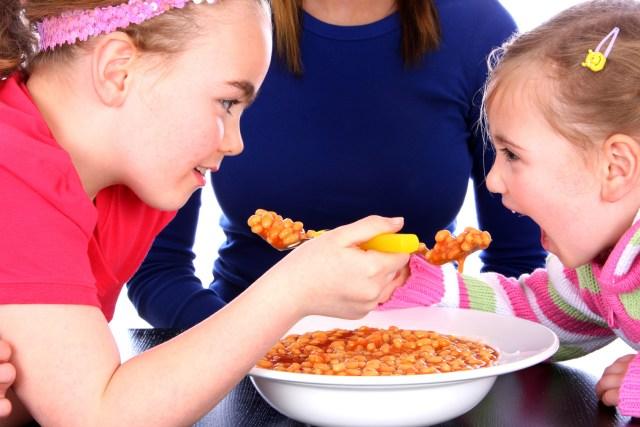 cliomakeup-alimentazione-bambini-mangiano-1.jpg