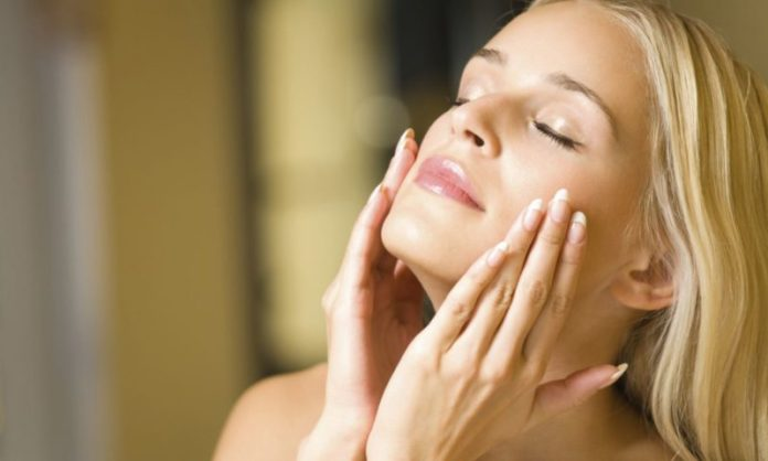 cliomakeup-skincare-dopo-estate-donna-viso