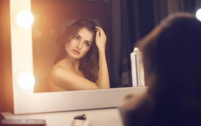 cliomakeup-come-tagliare-capelli-da-sole-ragazza-allo-specchio