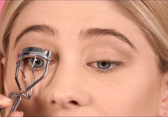 cliomakeup-come-applicare-il-mascara-2-piegaciglia