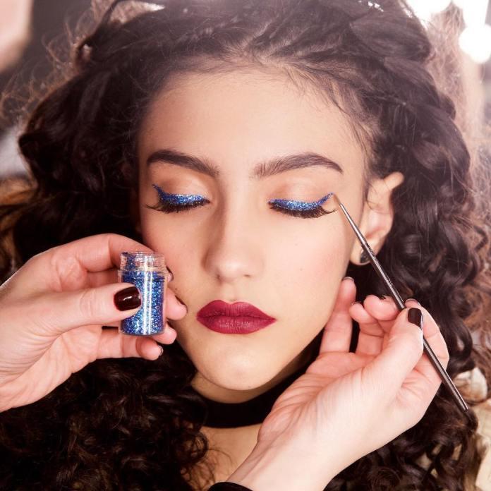 cliomakeup-trucco-natale-veloce-14-eyeliner-glitter