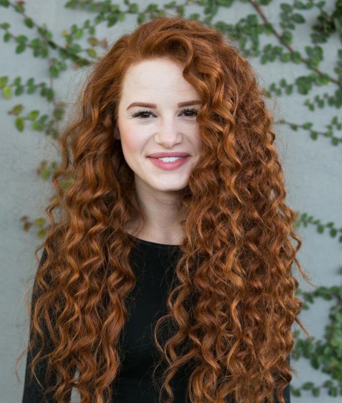 ClioMakeUp-tendenze-capelli-ricci-2019-21-taglio-lungo-rosso.jpg