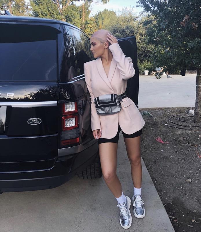 ClioMakeUp-look-kylie-jenner-2018-28-blazer-rosa-marsupio.jpg
