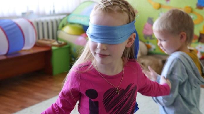 cliomakeup-giochi-al-chiuso-bambini-4-bambina-bendata
