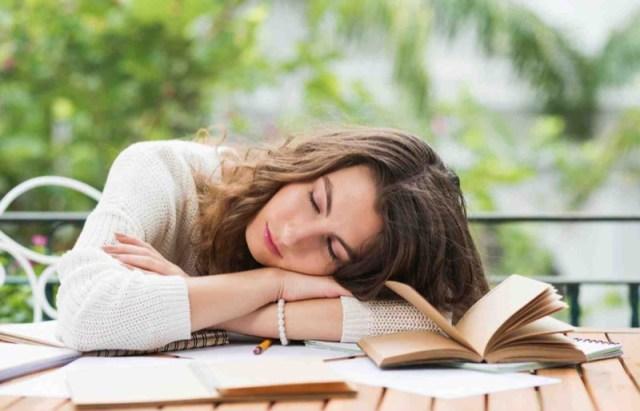 cliomakeup-stanchezza-primaverile-6-sonno-libro