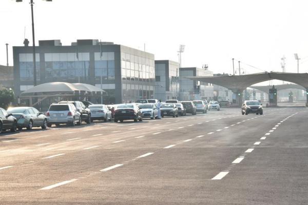 """بعد قرار فتح منافذ البيع للفئات المستبعدة .. """"جسر الملك فهد"""" يشهد وقوف السيارات من الساعة 6 صباحا"""