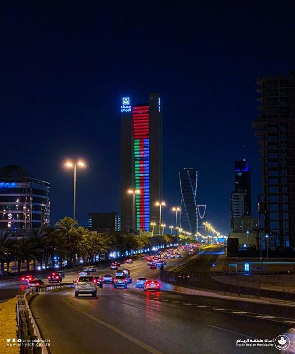 شاهد.. طرق الرياض وأبراجها تتزيّن بألوان العلم العُماني احتفاءً بزيارة سلطان عُمان