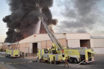 الدفاع المدني يباشر حريقًا في مستودعات بجنوب مدينة الرياض