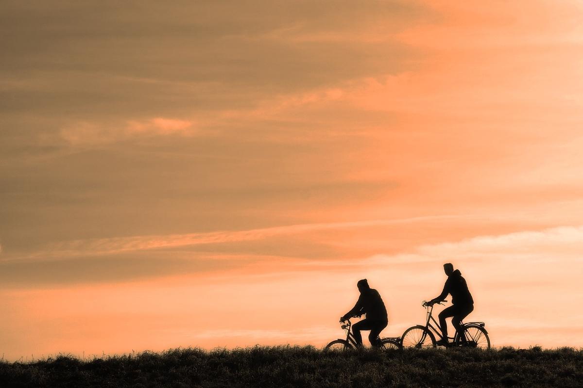 pareja viaje ahorro bicicletas