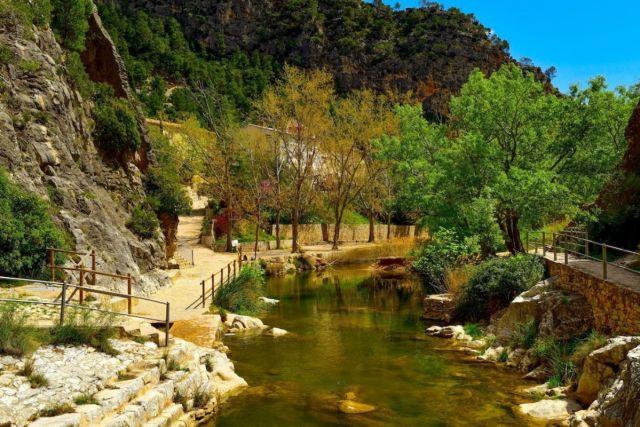 El río Canaletes ha esculpido un estrecho donde se suceden las piscinas naturales. Foto: Agefotostock.