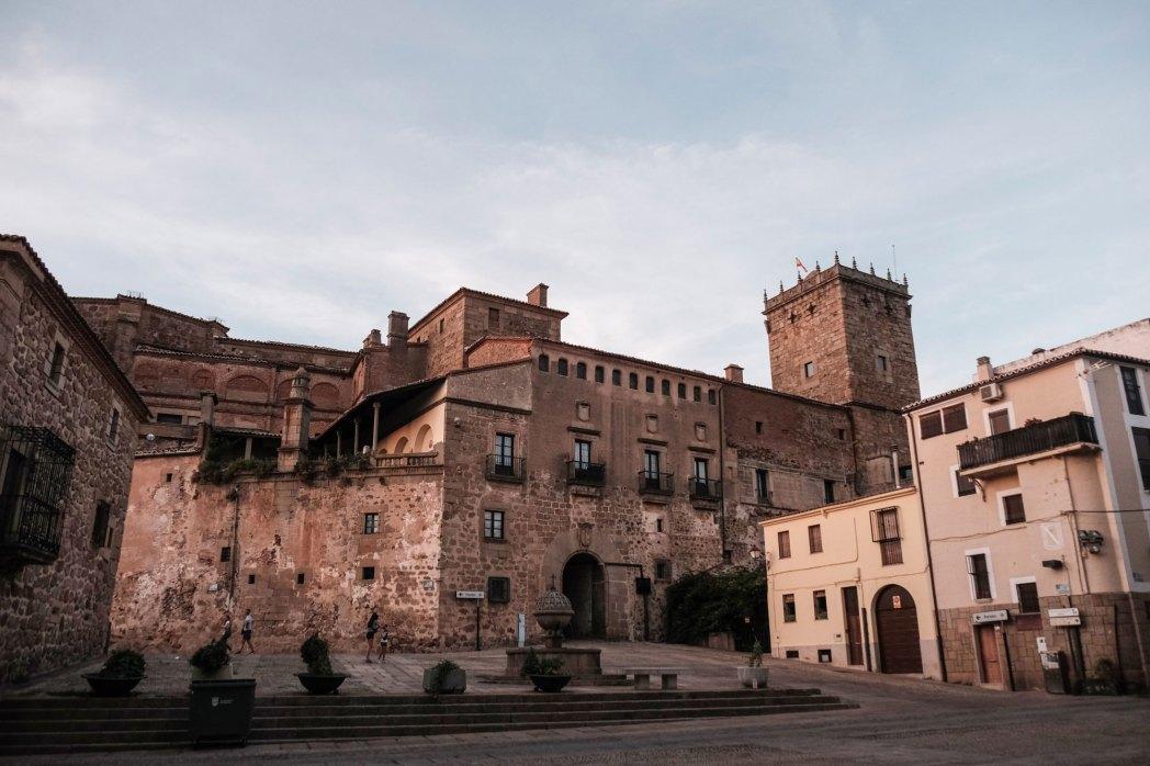 El Palacio de Mirabel, al fondo con su torre y su fachada imponente, vivienda de los Falcó.