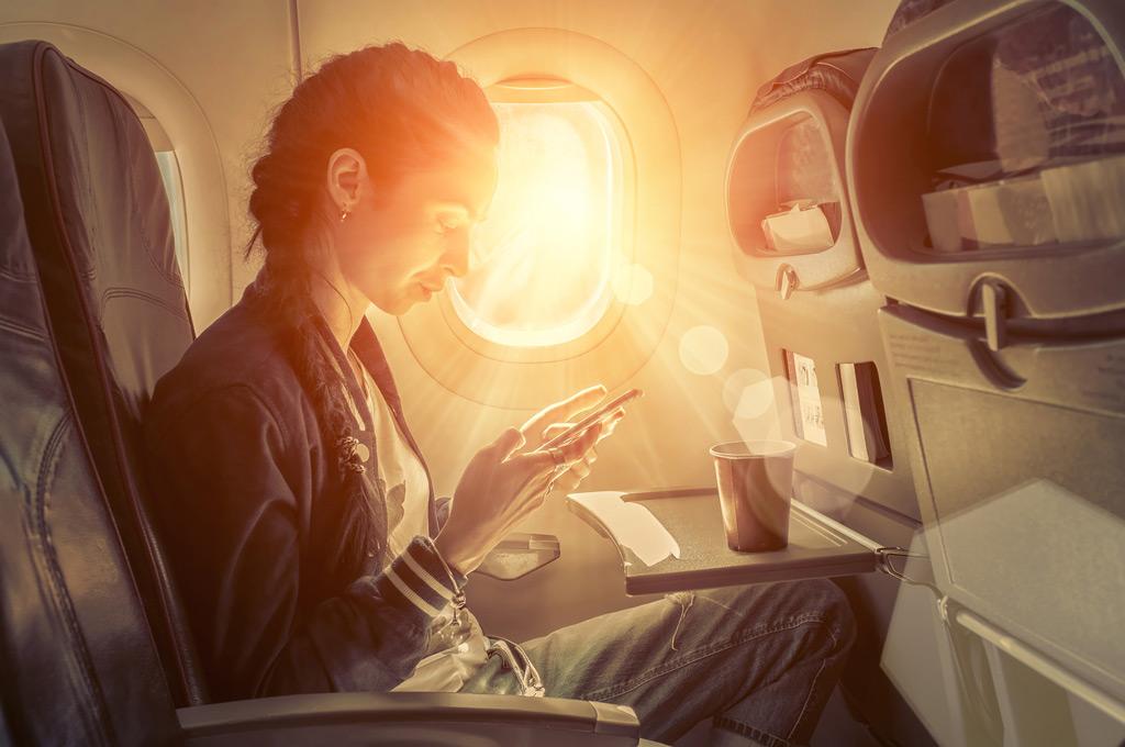 Фото: Женщина сидит в самолете