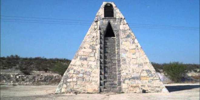 Un mexicain construit une pyramide Aztèque prétendant que les aliens lui ont dit de le faire
