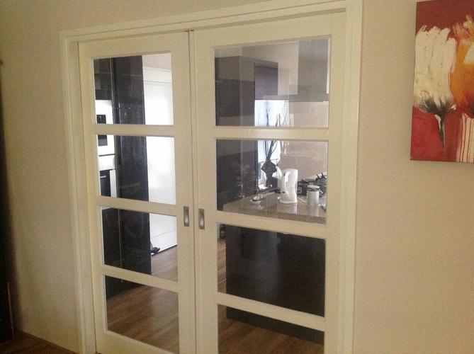 Het plaatsen van dubbele schuifdeuren tussen woonkamer en