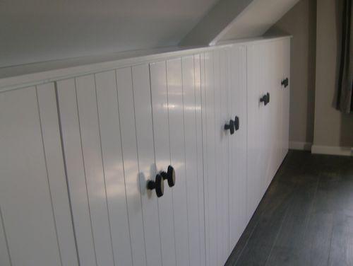 halfhoge kledingkast van steigerhout onder schuin dak